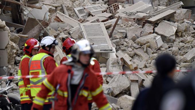 Les secours s'activent quelques heures après l'effondrement d'immeubles qui a causé la mort de 8 personnes à Marseille.