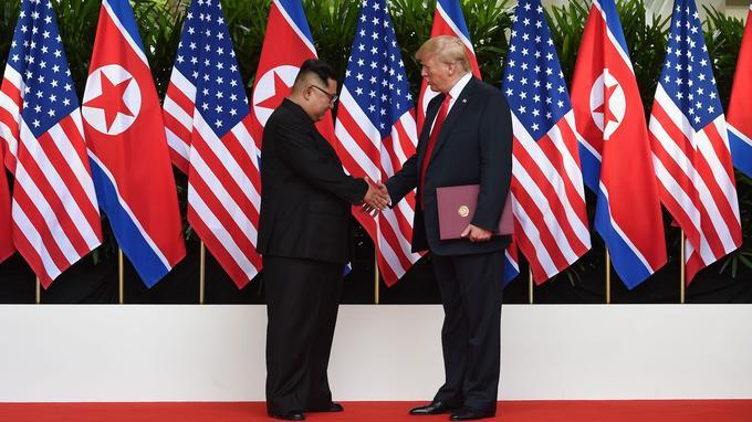 Kim Jong-un et Donald Trump après avoir signé l'accord entre leurs deux pays à Singapour.