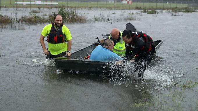 Des volontaires sauvent un homme dont la maison a été inondée en Virginie.