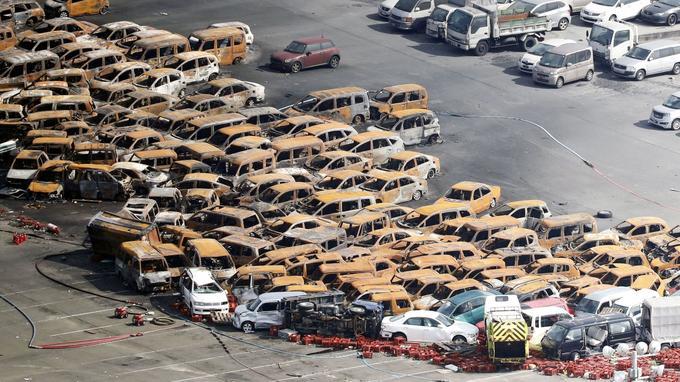 Des voitures amoncelées sur une île artificielle après le passage du typhon Jebi.
