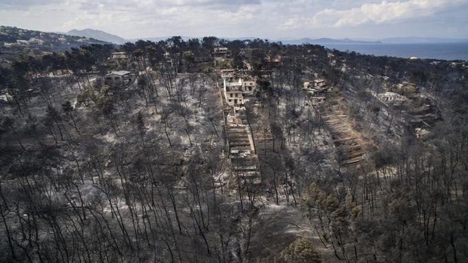 Une vue aérienne des dégâts causés par l'incendie près du village de Mati en Grèce.