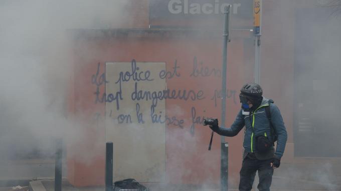 À Toulouse, les forces de l'ordre ont fait usage de gaz lacrymogènes lors de heurts contre les manifestants.