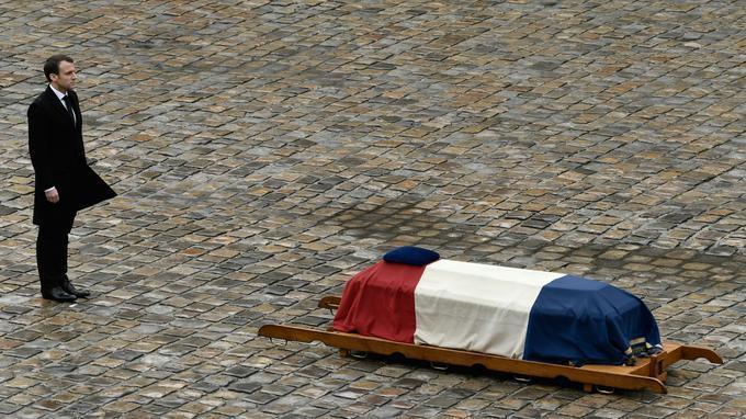 Emmanuel Macron a rendu un hommage national au lieutenant-colonel Arnaud Beltrame, dans la cour des Invalides, le 28 mars 2018.