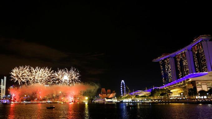 Le feu d'artifice illumine l'horizon dans le cadre des célébrations du Nouvel An à Singapour.
