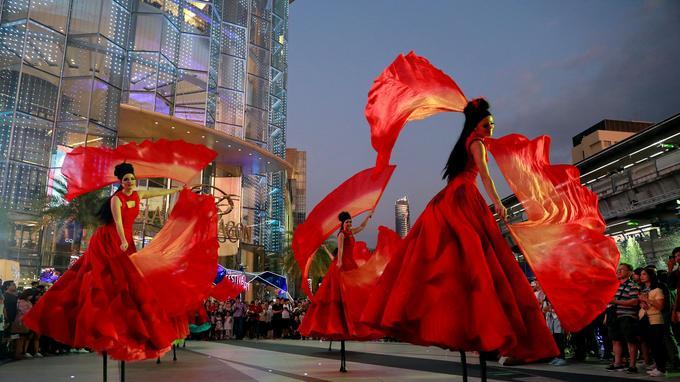 Des artistes se produisent dans un centre commercial pendant le festival du Nouvel An à Bangkok.