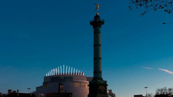 L'installation de Claude Lévêque décore le toit de l'Opéra Bastille.