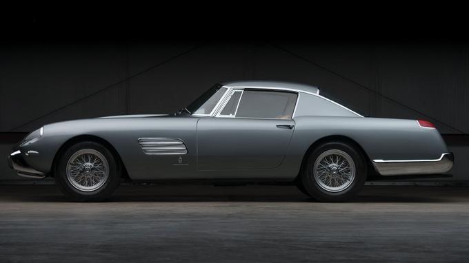 La profusion de chrome et les ailes arrière plutôt massives caractérisent ce coupé spécial sur base 250 GT.