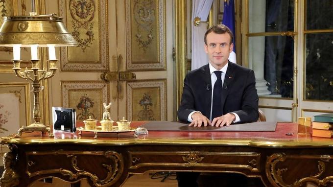 Emmanuel Macron devrait réitérer un appel au calme, à l'occasion de ses vœux lundi soir.