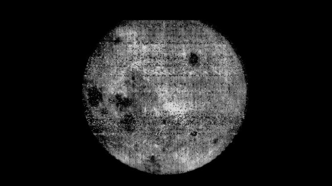 La première image de la face cachée de la Lune, prise en 1959 par la sonde soviétique Luna 3.