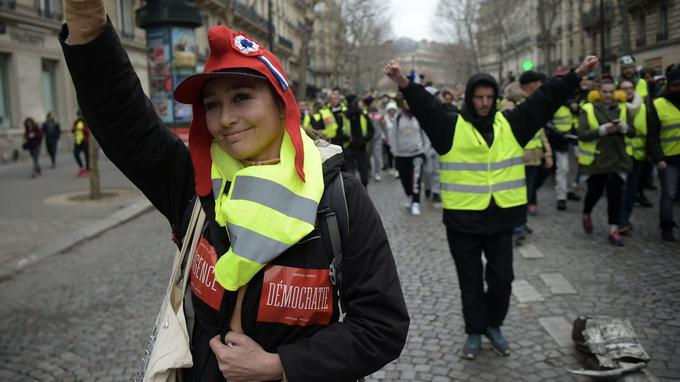 Des «gilets jaunes» arboraient des autocollants «Démocratie», «Révolte», «Egalité», «Colère» ou «Résistance» samedi à Paris. La mention est encadrée de ces formules: «Justice fiscale», «Justice sociale».