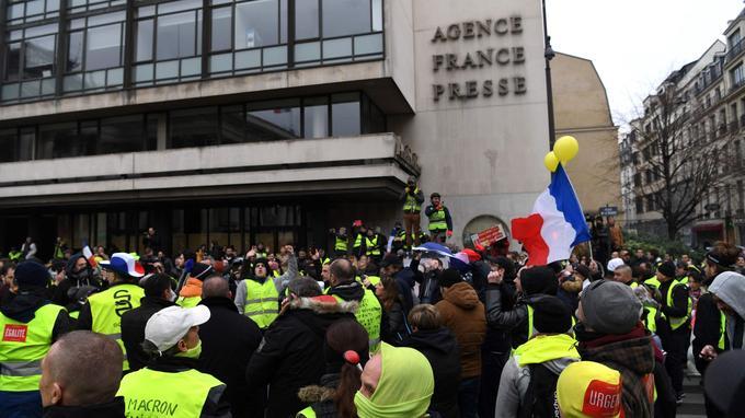 Ce samedi 5 janvier, des «gilets jaunes» se sont réunis place de la Bourse, à Paris, devant le siège de l'AFP.