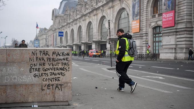 En face du Musée d'Orsay à Paris. Sur un autre mur dans le quartier des Champs-Elysées, une femme a écrit à la bombe noire de peinture: «Macron en 2019 tu dégages».