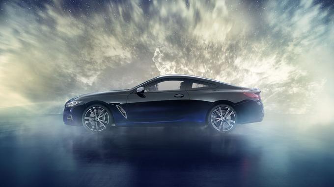 La carrosserie adopte un coloris bi-ton: un noir brillant recouvre la majorité de l'espace disponible, alors qu'un bleu métallisé habille les bas de caisse.