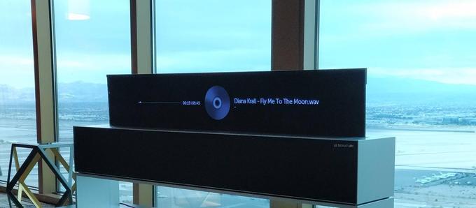 En mode «line», le LG Signature OLED TV R affiche l'heure, la météo ou le nom des chansons diffusées.