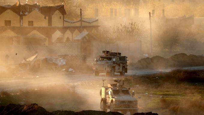 Véhicules blindés des Kurdes issus des Forces démocratiques syriennes (FDS), le 15 décembre 2018 à Deir ez-Zor.