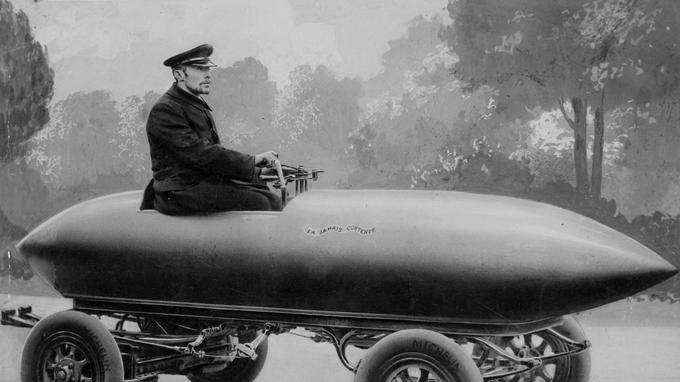 1899. La Jamais Contente du Belge Camille Jenatzy franchit les 100 km/h.