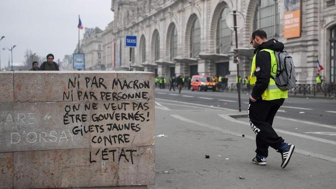 Un tag, à Paris, durant l'acteVIII des «gilets jaunes». Les Français expriment de plus en plus de défiance envers le gouvernement, les politiques et les partis en général.