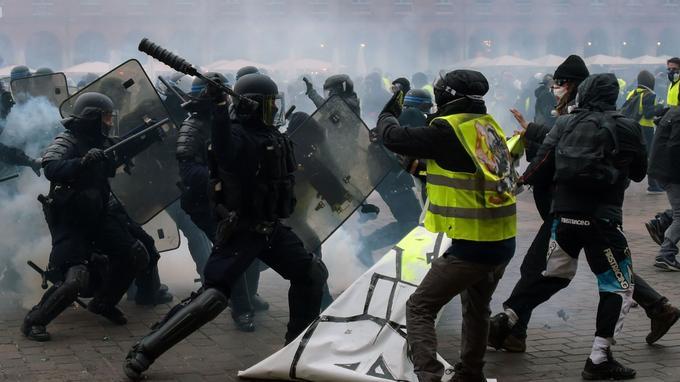 A Toulouse, de violents affrontements ont eu lieu sur la place du Capitole en fin d'après-midi.