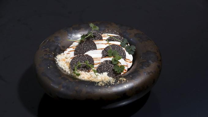 Le risotto de céleri, épeautre croquant et truffe noire, un plat à l'identité unique.