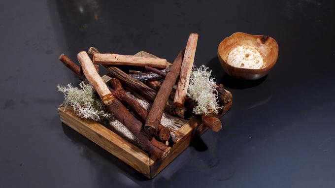 Bois de salsifi, crème de panais et chocolat blanc. La sapidité de la racine chaude fusionne avec celle de la crème.