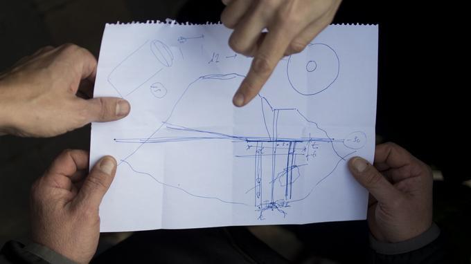 Angel Garcia Vidal explique aux journalistes, à l'aide d'un dessin, la situation dans laquelle se trouve le garçonnet.