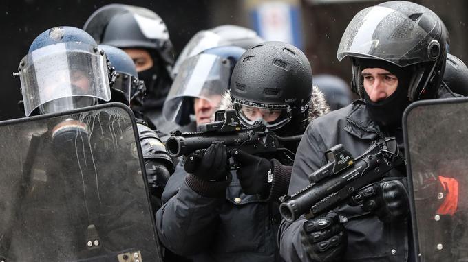 Deux policiers utilisant un LBD 40, le 15 décembre dernier, à Paris.