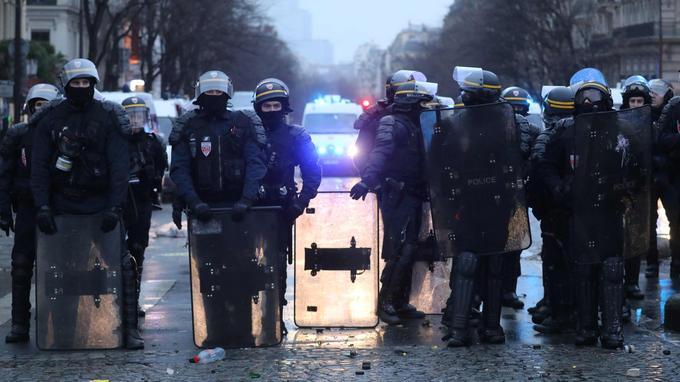 Des CRS près de l'Arc de Triomphe à Paris, le 12 janvier.