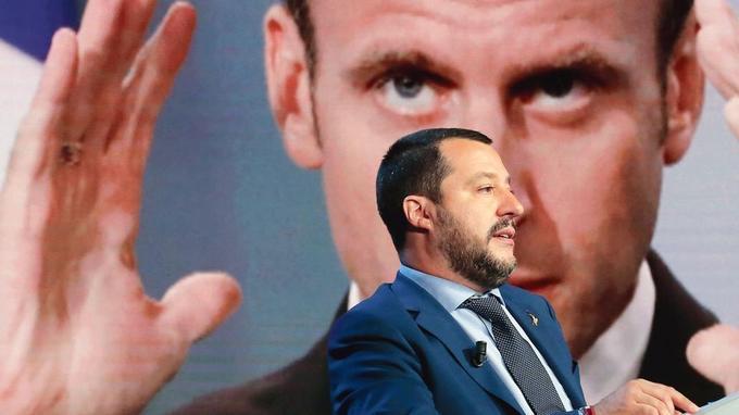 Matteo Salvini en juin dernier, avec un portrait d'Emmanuel Macron en arrière-plan.