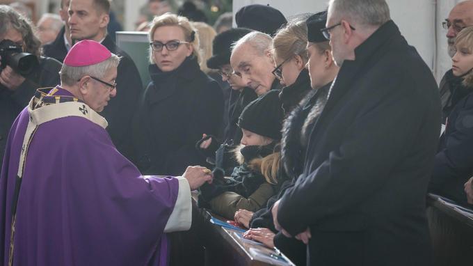 Mgr Glodz exprime un gente d'affection à la petite fille de Adamowicz.
