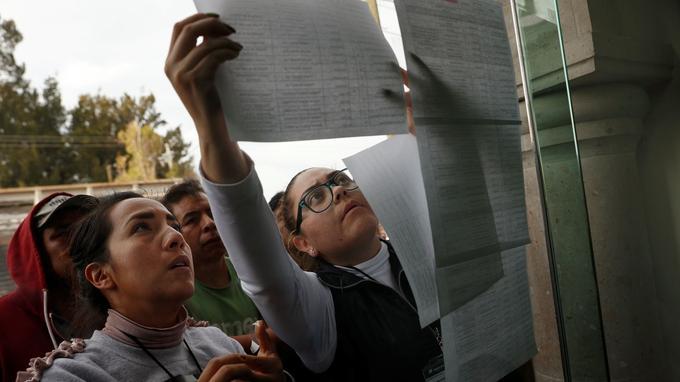 Les familles cherchent les noms de leurs proches dans la liste des blessés. <br/>