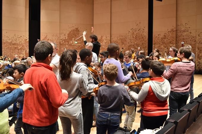 Dernier exercice de la répétition pour les jeunes musiciens de l'orchestre Démos: une déambulation dans le studio en jouant une seule note.