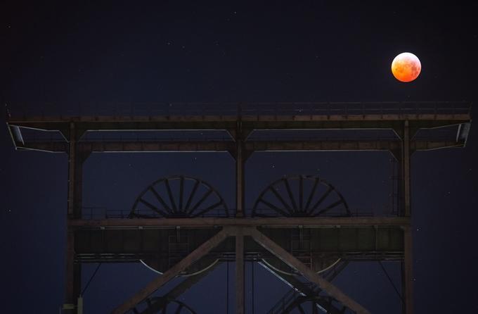 L'éclipse vue derrière un puits de mine à Dortmund, en Allemagne.