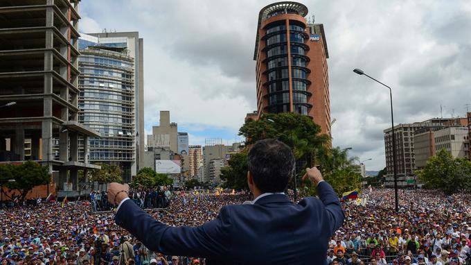 Des milliers de personnes réunies pour écouter Juan Guaido.