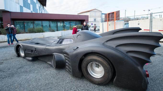 La Batmobile du film de Tim Burton devant l'Alpha, la médiathèque d'Angoulême.