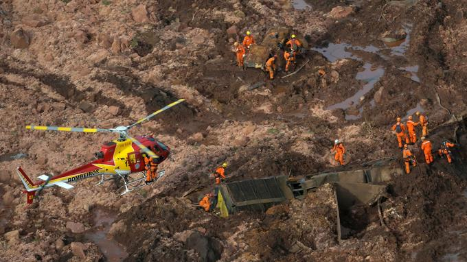 Des dizaines d'hélicoptères ont sillonné le lieu de la catastrophe toute la journée pour repérer le moindre signe de vie parmi les restes de bâtiments ou de véhicules.