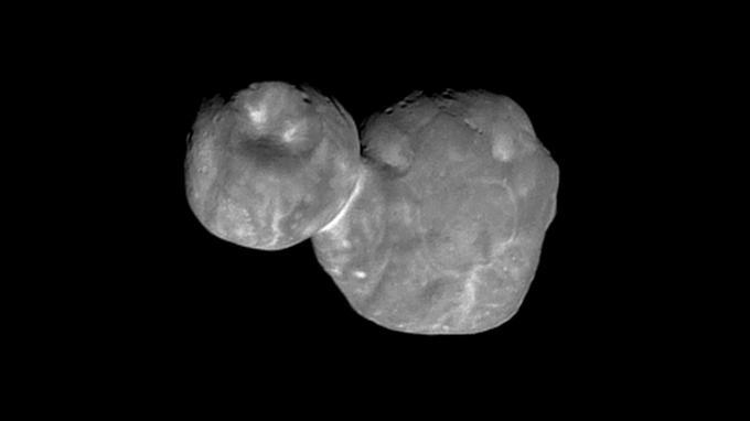 L'astéroïde Ultima Thulé présente une trentaine de cratères dont le diamètre avoisine 700 mètres.