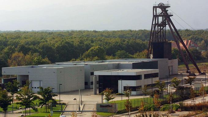 Le site de stockage en septembre 2002, au lendemain de la fin de l'incendie qui a couvé pendant plusieurs jours.