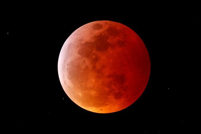 La Lune se pare d'une teinte rouge lorsqu'elle entre dans le cône d'ombre de la Terre.