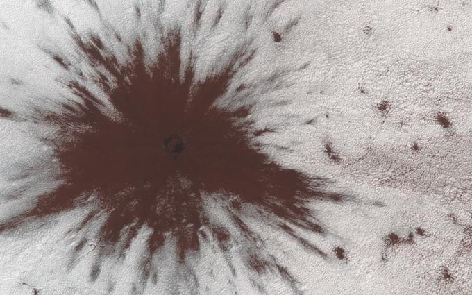 Un nouvel impact apparu cet été sur la surface de Mars, près du pôle Sud.