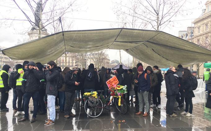 En début d'après-midi, les manifestants venus place de la République, à Paris, se sont réfugiés sous des bâches.