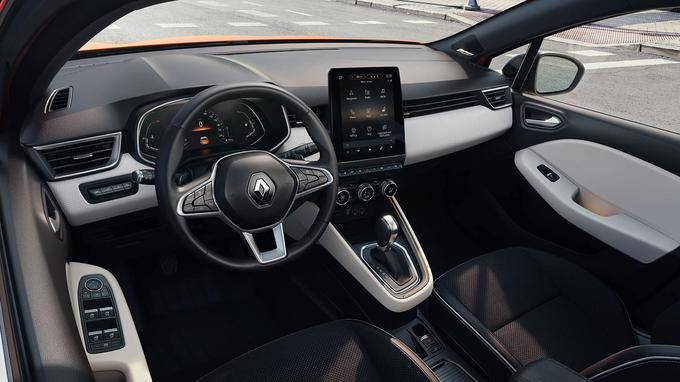 Le dessin épuré contribue à l'ambiance intérieure plus statutaire. La tablette tactile rapportée est orientée vers le conducteur.