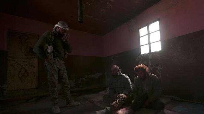 Deux combattants de l'État islamique retenus prisonniers en mars 2017 au nord de Raqqa par les Forces démocratiques syriennes (FDS).