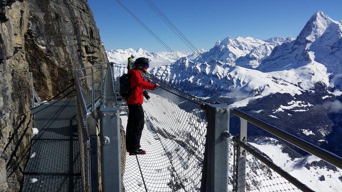 Numéro d'équilibriste en chaussures de ski