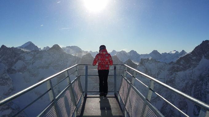 Dessous, 1.400 m de vide et devant, le massif de Ecrins.