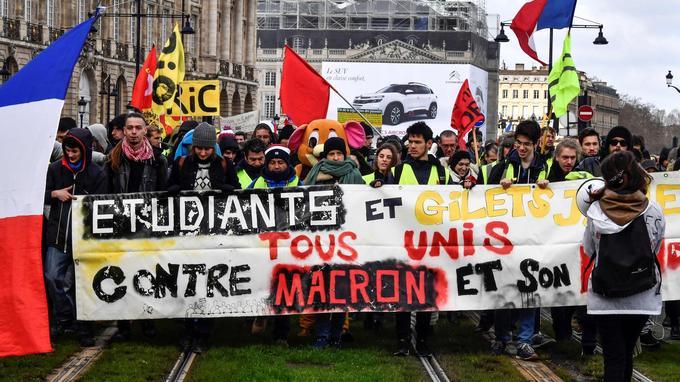 Des étudiants et des «gilets jaunes» défilent à Bordeaux, samedi.