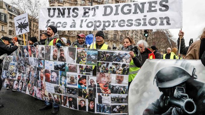 Les manifestants rassemblés à Paris ont brandi des images des manifestants blessés par des LBD ou des grenades lors des manifestations précédentes.