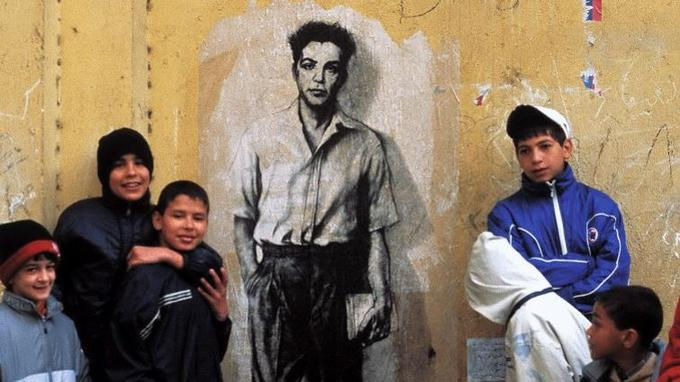 Le collage de la représentation de Maurice Audin en 2003 dans les rues d'Alger.