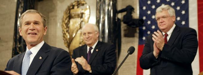 La Corée du Nord, l'Iran et l'Irak «constituent, avec leurs alliés terroristes, un axe maléfique et s'arment pour menacer la paix mondiale», juge le président Georges W. Bush en 2002.