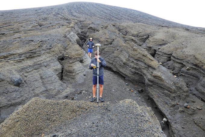 Des étudiants effectuent des relevés topographiques dans une profonde ravine.