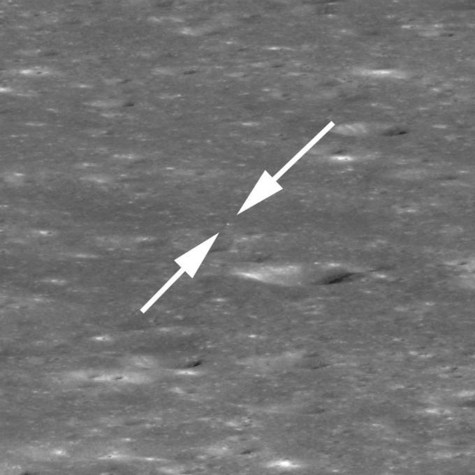 Sur ce grossissement de l'image principale, le cratère en bas à droite du module chinois fait 440 mètres de diamètre.